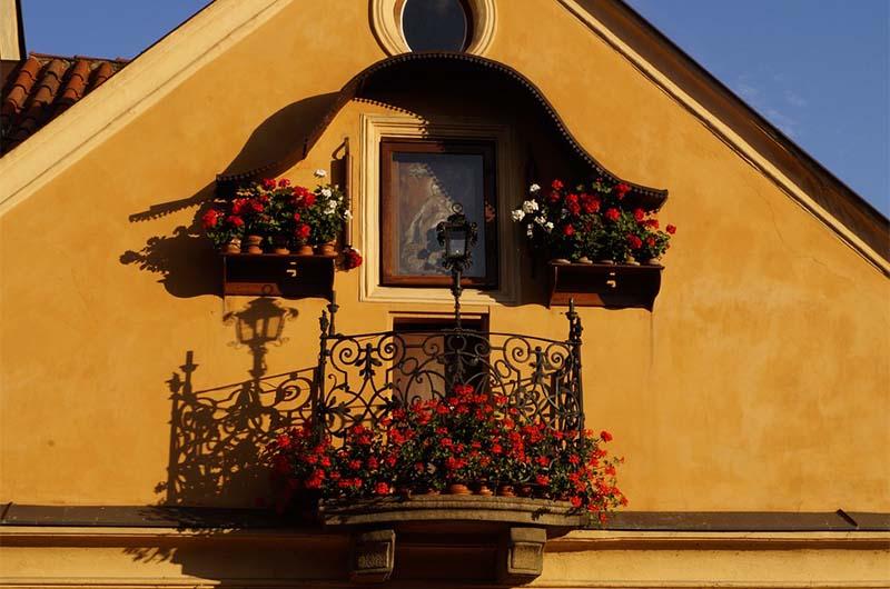 Икона Богородицы на балконе дома Анны. Слева и справа от иконы валки гладильной машины.
