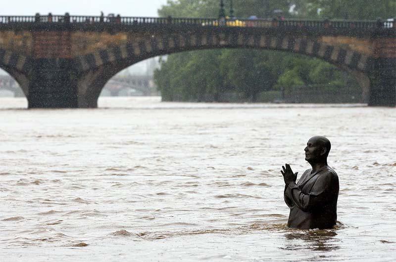 Скульптура во время наводнения в Праге в 2003 году.