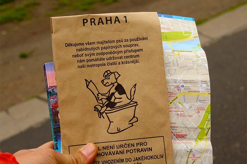 На острове, впрочем, как и во всей Праге, около урн для мусора можно бесплатно взять пакет, для того чтобы прогулка со своим питомцем была чистой.