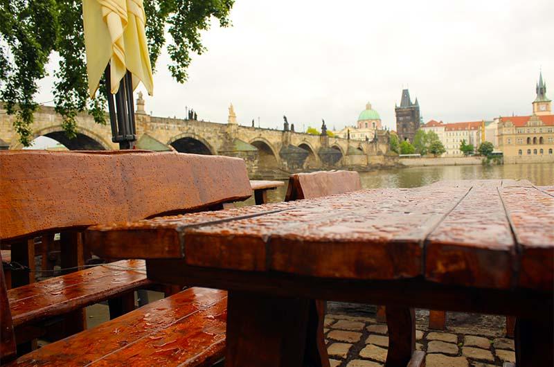 Летняя площадка кафе на Кампе. Можно пить пиво и любоваться Карловым мостом.