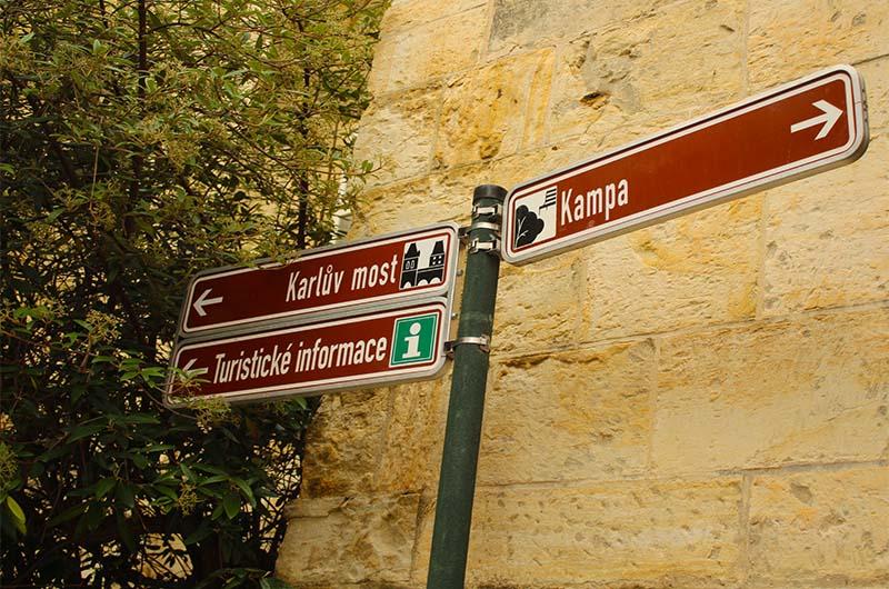 В Праге не очень много туристических указателей, но в исторических районах, таких, как Мало Страна, они иногда встречаются.