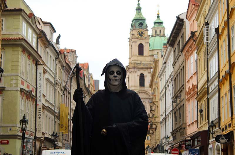 Все старые районы Праги пронизаны рассказами о привидениях. Поэтому не удивляйтесь, если встретите на улочках Мало Страны вот такого переодетого человека.
