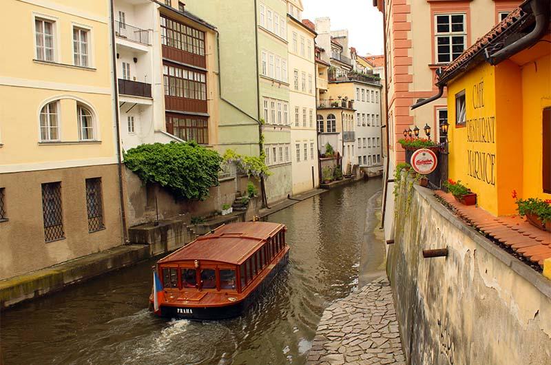 Изюминка Мало Страны - канал, по которому можно покататься на кораблике.