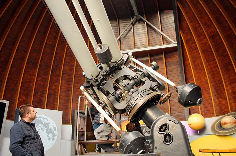 Вот так выглядит большой телескоп под главным куполом. Его высота 7,5 метров.