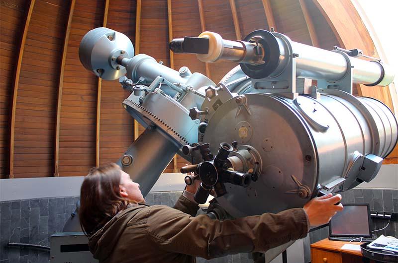 Это маленький телескоп под вторым куполом.