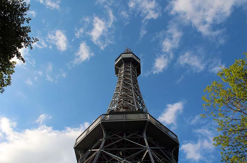 Петршинская башня очень похожа на Эйфелеву.