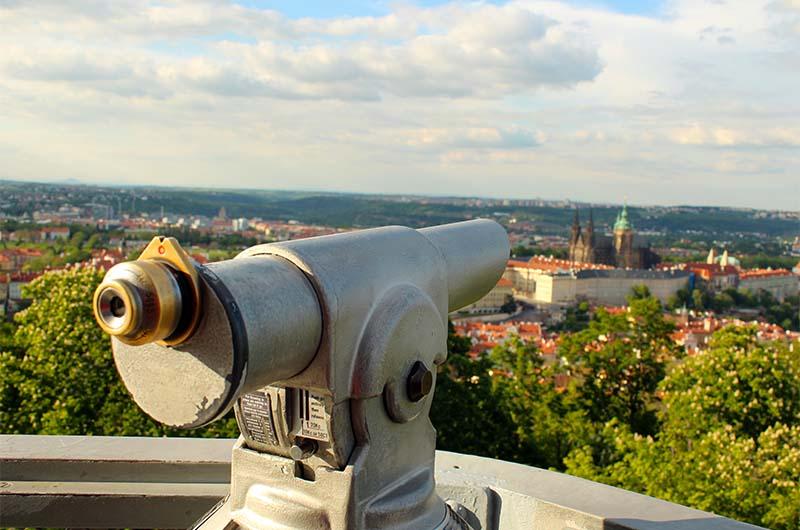 Подзорная труба на нижней смотровой площадке Петршинской башни.