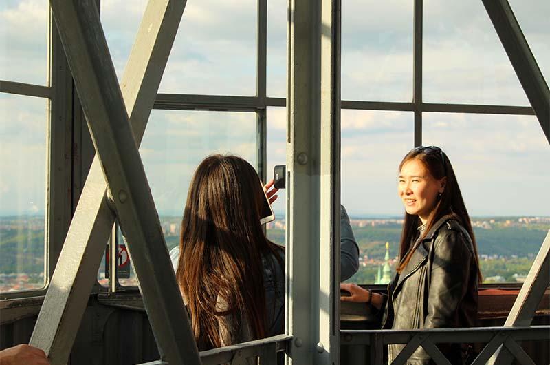 Туристы фотографируются на верхней смотровой площадке.