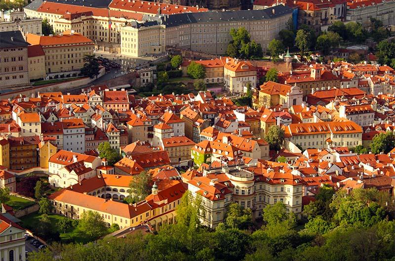 Вид на красные крыши Мало Страны.