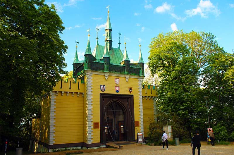 Здание зеркального лабиринта - это копия башни, которая когда-то стояла в Вышеграде.