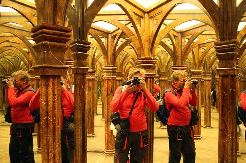 Попробуйте определить, где здесь не отражение в зеркале. Правильный ответ - это все отражения.
