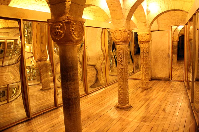 Комната с кривыми зеркалами.