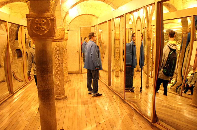 Среди кривых зеркал есть одно обычное.