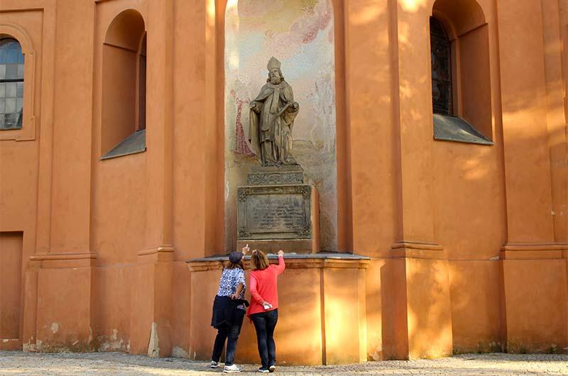 Туристы у костела святого Лаврентия.
