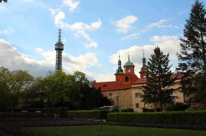 Слева - это Петршинская башня, справа - это костел святого Лаврентия.