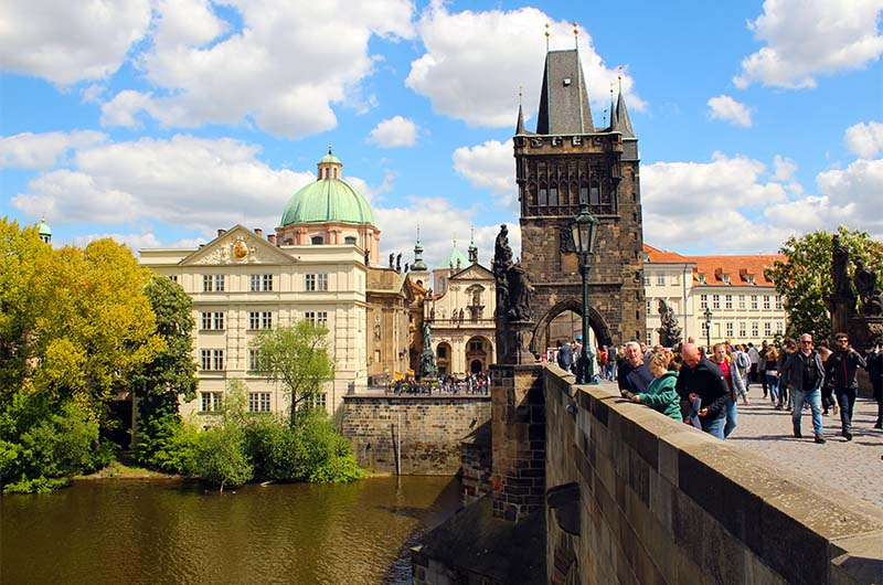 Вид на Староместскую башню с Карлова моста.