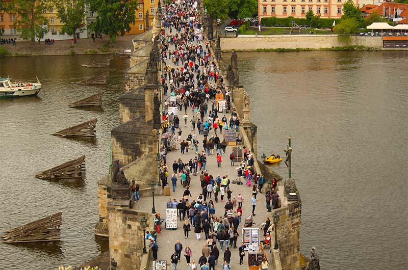 Вид на Карлов мост со Староместской башни.