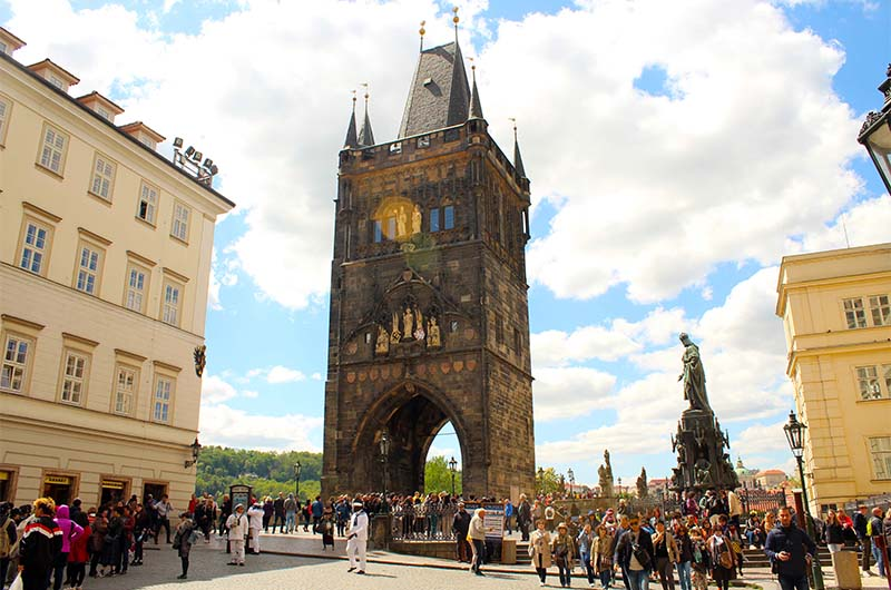 Вид на башню с площади Крестоносцев.