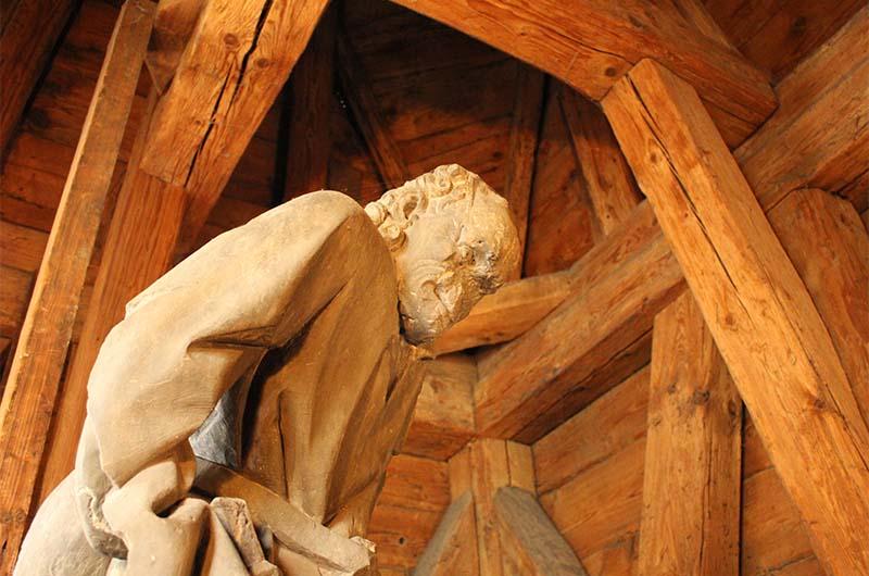 """Статуя """"хранителя"""" башни."""