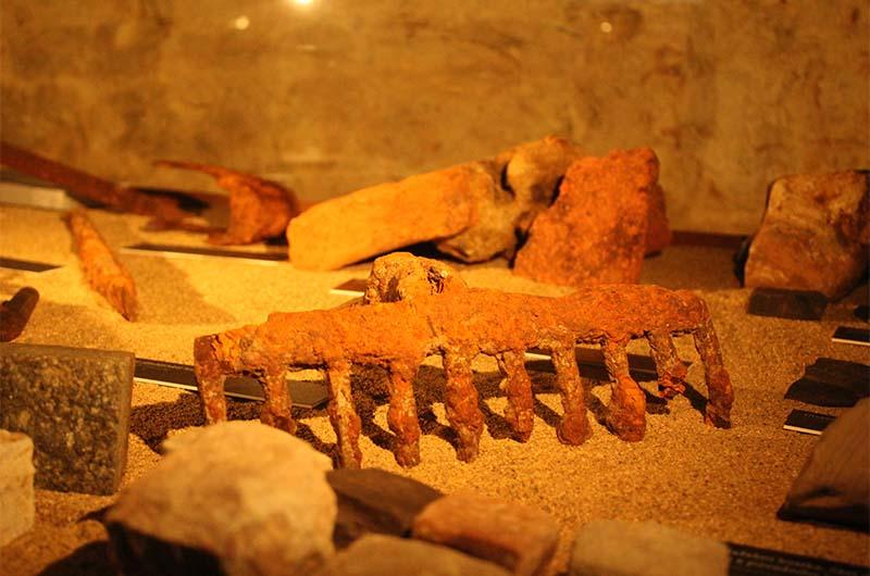 Экспонаты музея, который находится в подвале башни.