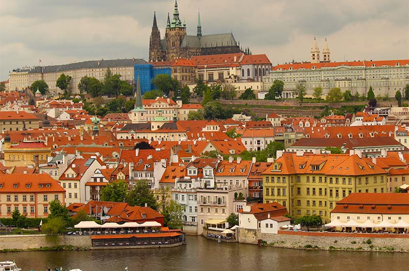 Вид с башни на Пражский град.