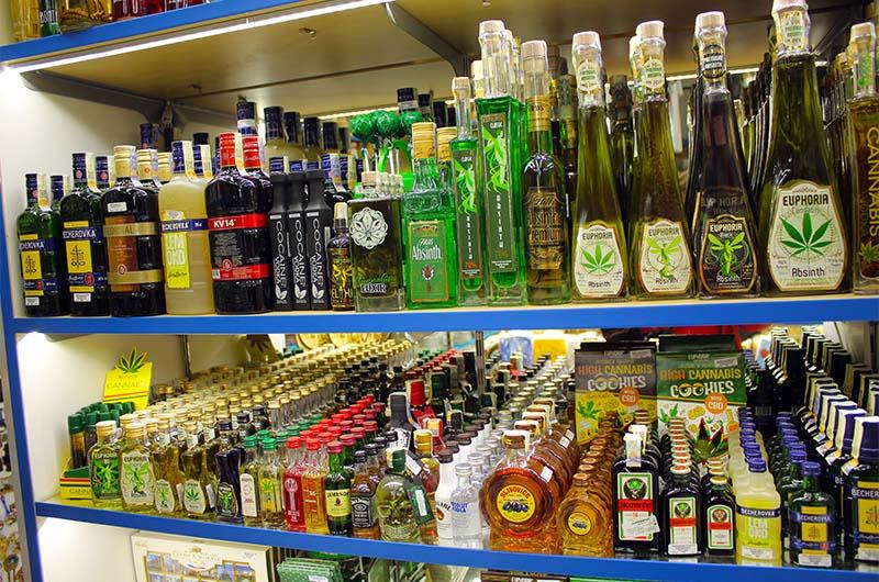 Спиртное на рынке продают только в магазинчиках.