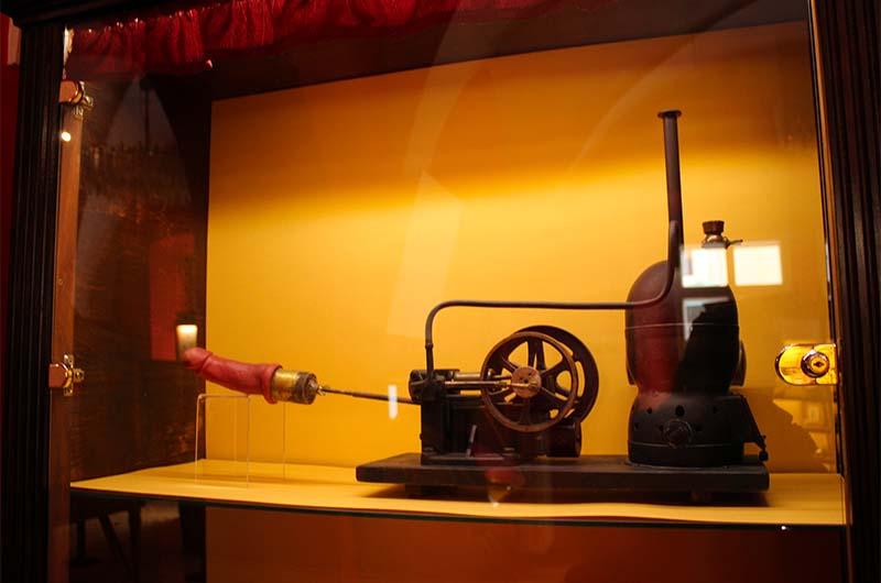 Это паровая машина для… лечения. Работает на угле. Изобрел её доктор Джордж Тейлор в 1869 году. Считалось, что таким образом можно лечить истерию у женщин.