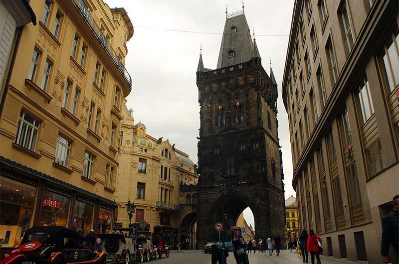 Пороховая башня в Праге. Вид с улицы Целетна.