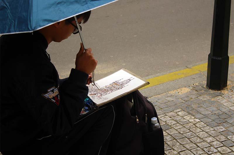 Мальчик рисует башню.