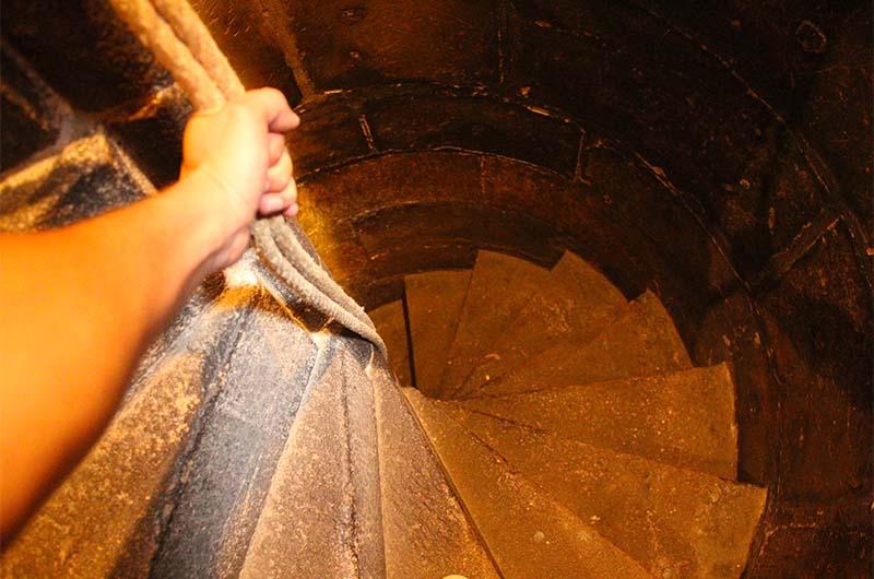 Подъём наверх до первого уровня (до кассы) оборудован вот таким канатом. За него надо держаться, чтобы не упасть.