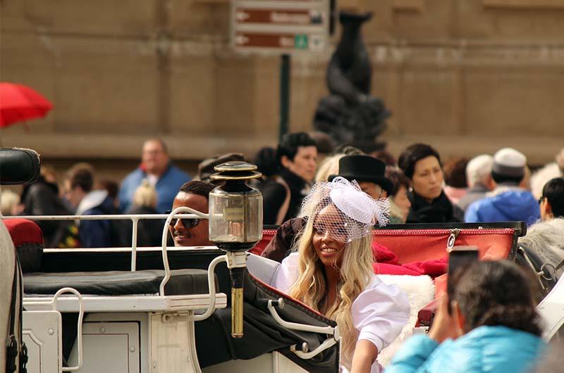 На площади любят устраивать фотосессии во время свадеб.