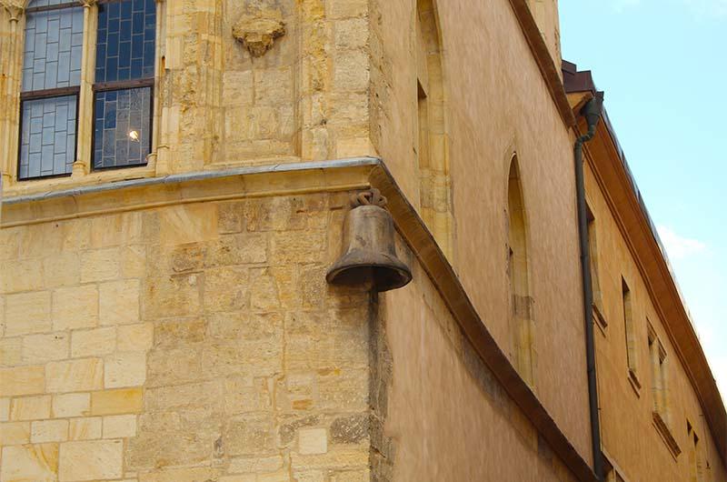 Колокол в стене дома.