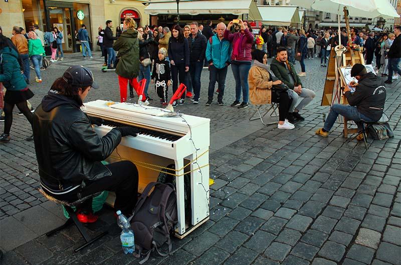 Музыкант на площади.