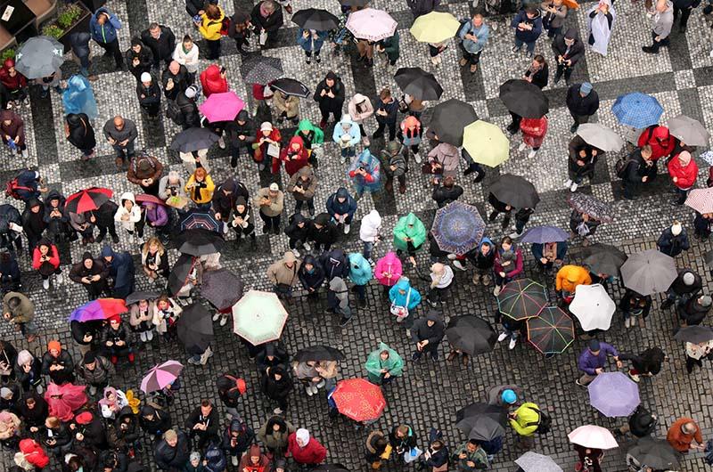 В начале каждого часа с 09.00 до 21.00 внизу собирается несколько сотен туристов, чтобы увидеть, как куранты устраивают маленькое представление.