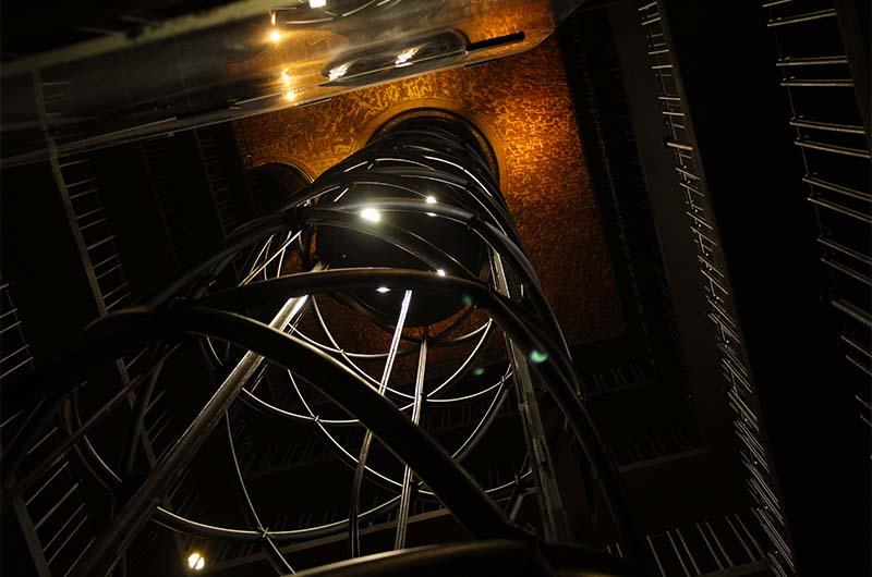 А это шахта лифта. Ехать очень здорово, и даже немного захватывает дух.