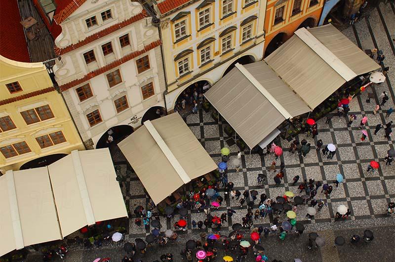 Вид на кусочек площади под башней.
