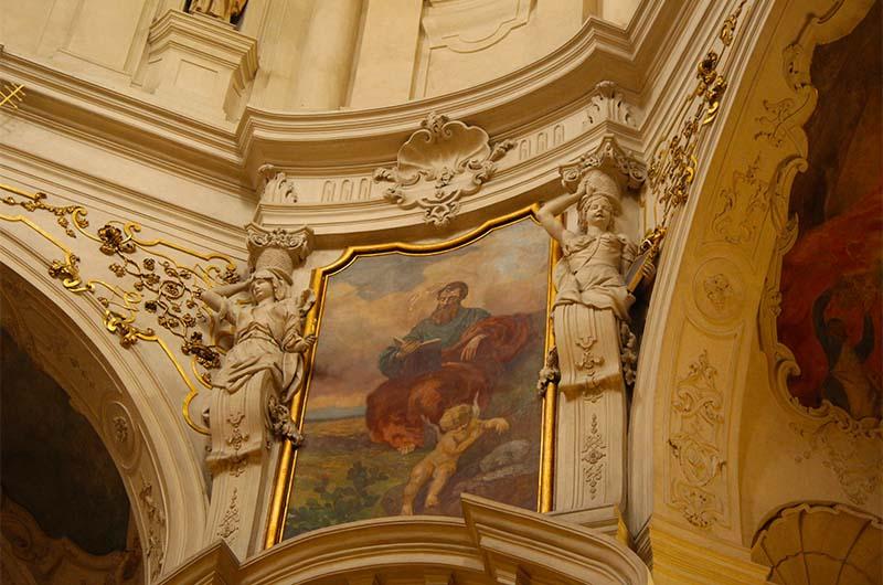 Картины в церкви.
