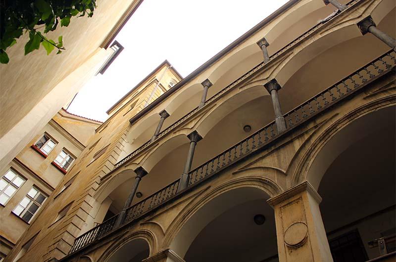 Один из домов во дворе. Чем-то похож на дворец Грановских на Тынском дворе.