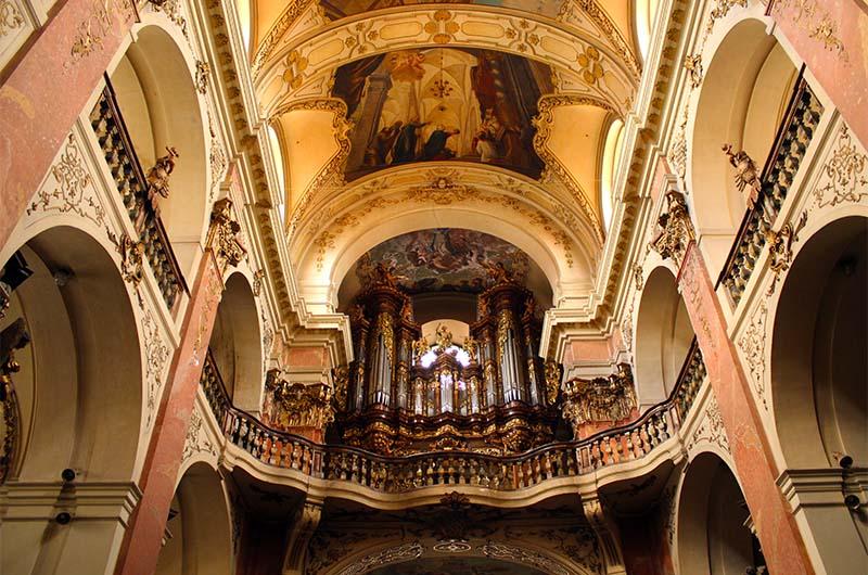 Это самый большой орган в Праге. Находится он над входом. Послушать его можно каждое воскресение в 10.00.