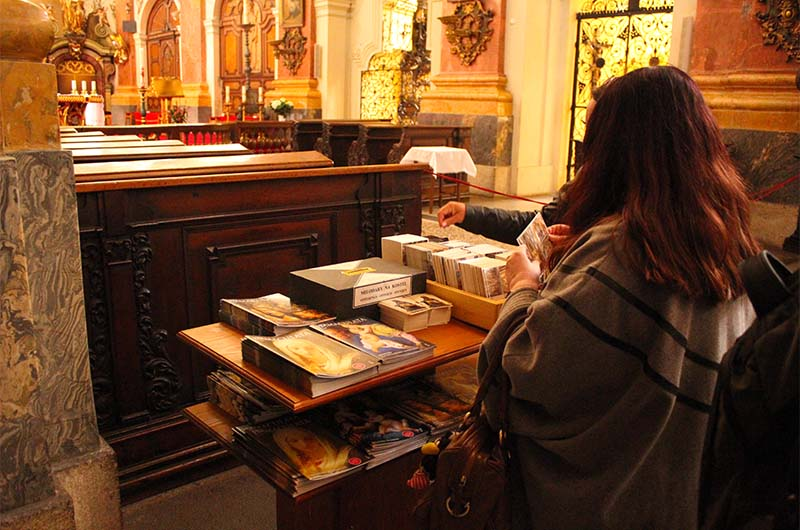 При входе можно взять буклет за пожертвование, которое вы самостоятельно бросаете в коробку.