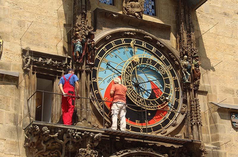 Это астрономический циферблат часов.