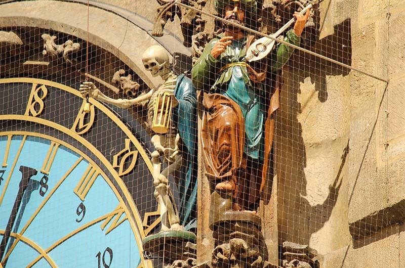 Скелет - самая знаменитая скульптура на часах. Она олицетворяет смерть и то, что всё в мире тленно. В руках у неё песочные часы. Рядом скульптура турка.
