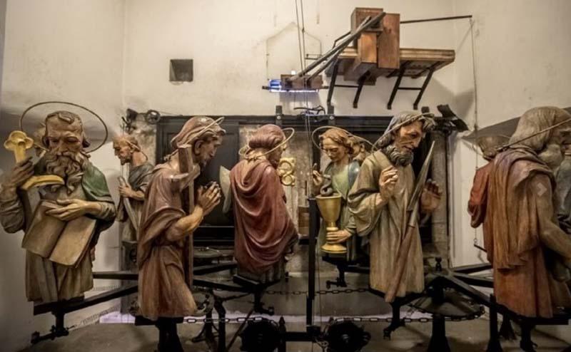 Вот эти фигурки апостолов появляются в окошках. Их можно увидеть ближе во время экскурсии по ратуше.