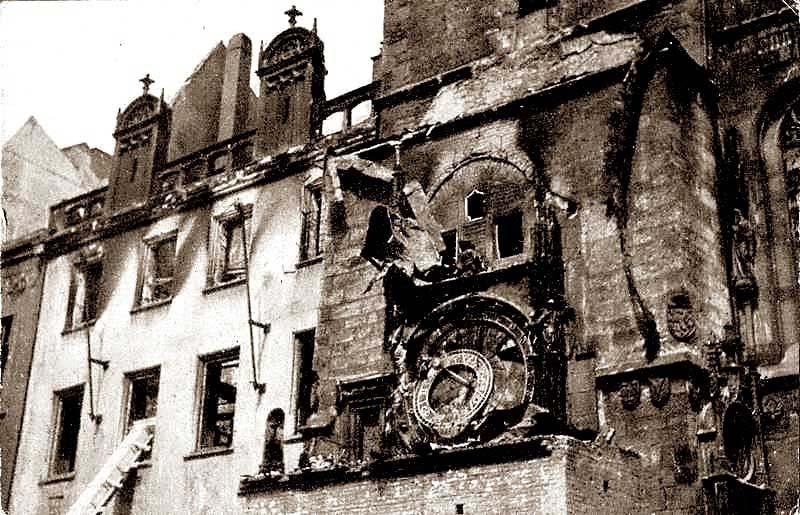 Вот так выглядели часы после авиаудара в 1945 году.