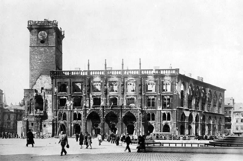 Вот так выглядела ратуша после бомбардировок в 1945 году.