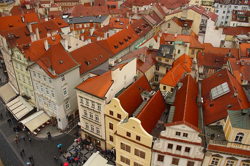 Вид с башни ратуши на Прагу.