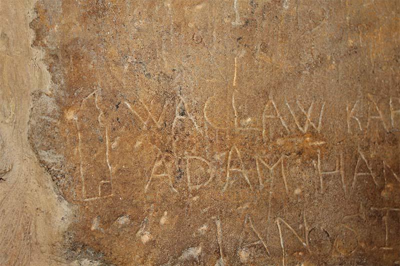 В подземелье ратуши вам покажут надпись, которую сделал заключенный перед казнью. Он написал свое имя.