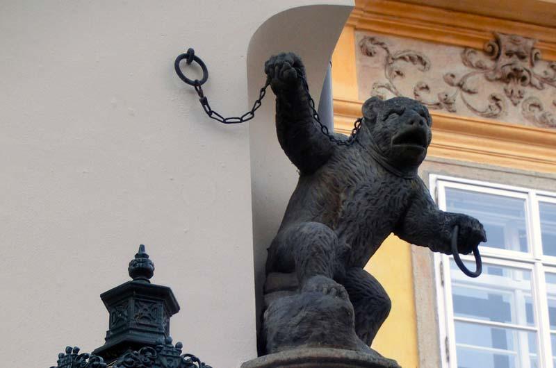 """Домовой знак на доме """"У черного медведя""""."""