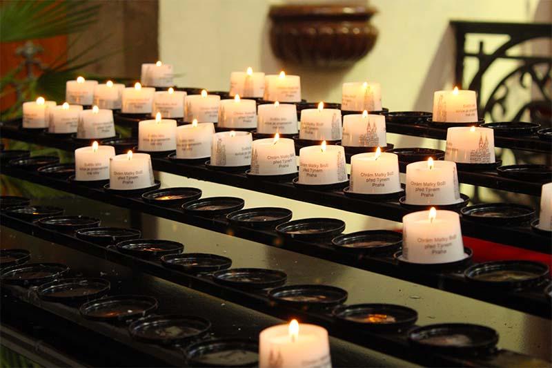 Свечи в храме. Каждая подписана.