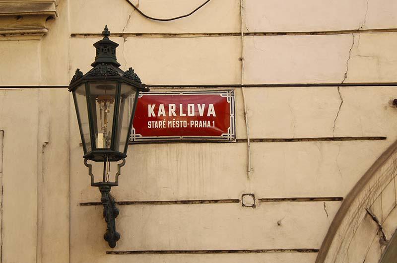 Чтобы удостовериться, что вы находитесь в Старом городе, надо просто посмотреть на указатели улиц. На них, кроме названия, указан район.